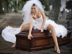 В Польше выпущен календарь – реклама гробов с голыми моделями